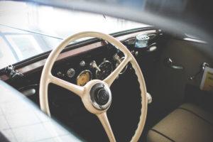 tableau de bord et volant d'un véhicule de collection
